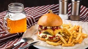 Акция от WoodWoodBurgers: при покупке любого бургера и картошки фри стакан пива в подарок!