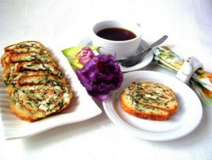 Блинно-заливной рулет со шпинатом, яйцом и брынзой - рецепт приготовления