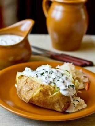 Печеный картофель с селедочным соусом - рецепт приготовления